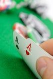 Kardiert gewinnende Kombination in schwarzem Jack in der Hand Stockbild