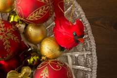 Kardinal Decoration och dekorativa julbollar Royaltyfria Foton