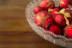 Kardinal Decoration och dekorativa julbollar, med kopieringsSp Royaltyfri Bild