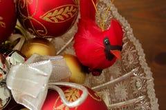 Kardinal Decoration och dekorativa julbollar, slut Royaltyfria Foton