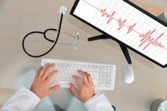 Kardiogram för doktor With Computer Showing Royaltyfria Foton