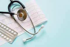 Kardiogram i stetoskop na błękicie Obrazy Royalty Free