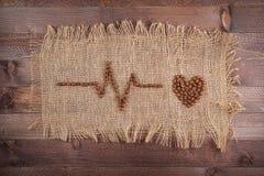Kardiogramm von Kaffeebohnen auf dem Rausschmiß Stockfotos