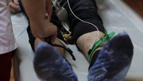 Kardiologdoktor som förbereder patienten för borttagning av kardiogrammet arkivfilmer
