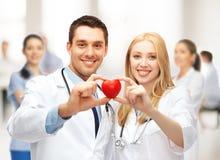 Kardiologen mit Herzen Stockfoto