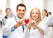 Kardiologer med hjärta Arkivfoto