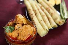 Kare Ayam com bolo da bandeja, aanam de Kozhi Appam Kari, caril da galinha com bandeja endurece imagens de stock
