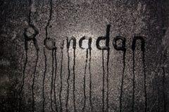 ??Kareem?? 夜与题字斋月的misted窗口 免版税库存照片