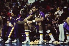Kareem Abdul Jabbar en el banco de Lakers fotografía de archivo