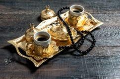 Kareem de oro del Ramadán del rosario de la decoración de las tazas de café imagen de archivo libre de regalías