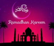 Kareem del Ramadán con la mezquita de la silueta Imágenes de archivo libres de regalías