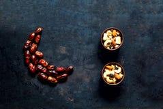 kareem ramadan Τα φρούτα ημερομηνιών τακτοποίησαν στη μορφή του ημισεληνοειδούς φεγγαριού στο εκλεκτής ποιότητας σκουριασμένο υπό στοκ εικόνες