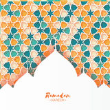 kareem ramadan Το πορτοκαλί διακοσμητικό αραβικό σχέδιο με το μουσουλμανικό τέμενος στο έγγραφο έκοψε το ύφος Σχέδιο Arabesque Στοκ Φωτογραφίες