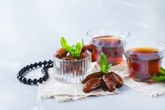 Kareem ramazan de Ramadan Thé arabe traditionnel avec la menthe et les dates Photo libre de droits