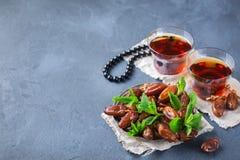 Kareem ramazan del Ramadán Té árabe tradicional con la menta y las fechas foto de archivo libre de regalías
