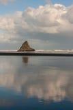 Παραλία Karekare με το νησί Panatahi Στοκ Εικόνες