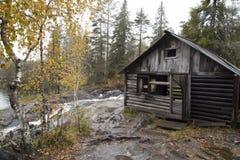 Karelia, casa abandonada de madera cerca del río en otoño Fotografía de archivo libre de regalías