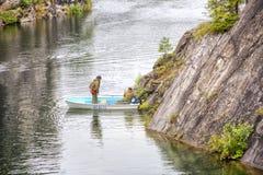 Karelia härlig sommar för kanjonliggandemarmor Geologer är i ett fartyg Arkivfoton