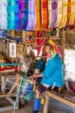 Karen kobieta demonstruje tradycyjne metody przędzalnictwo w Długiej szyi Karen wiosce fotografia royalty free