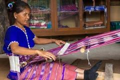 Karen kvinna som väver bomull Royaltyfri Fotografi