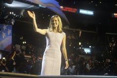 Karenna Gore Schiff hälsar folkmassan på den 2000 demokratiska regeln på Staples Center, Los Angeles, CA Arkivbild
