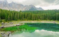 Karerlake en Italia - Lago di Carezza - en el fondo las dolomías Imagen de archivo libre de regalías
