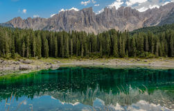 Karerlake en Italia - Lago di Carezza - en el fondo las dolomías Imagen de archivo