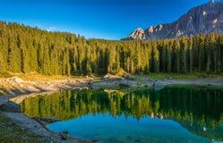 Karerlake en Italia - Lago di Carezza - en el fondo las dolomías Imágenes de archivo libres de regalías
