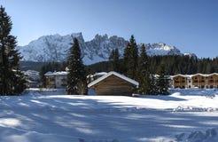 Karersee和登上Latemar,冬天风景 免版税库存图片