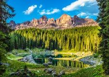Karersee Lago Di Carezza, είναι μια λίμνη στους δολομίτες στο νότιο Τύρολο, Ιταλία στοκ εικόνα