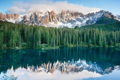 Karersee, lago en las dolomías en el Tyrol del sur, Italia. Foto de archivo