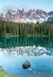 Karersee, lago nelle dolomia nel Tirolo del sud, Italia. Fotografia Stock Libera da Diritti