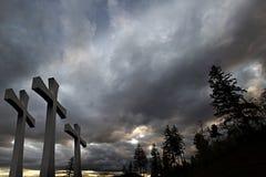 Karfreitag Ostern kreuzt Wolken-Baum-Hintergrund Stockfotografie