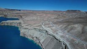 Kargt landskap för öken med vägen för två gränd och den majestätiska blåa sjön stock video