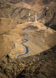 Kargt landskap med den slingriga vägen Arkivbild