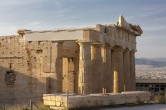 Kariatyda ganeczek Erechtheion na akropolu przy Ateny Antyczna Erechtheion świątynia z pięknymi kariatyda filarami zdjęcia stock
