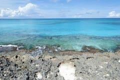 Karibikinsel Rocky Shore Stockfotos