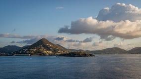 Karibikinseln mit bewölktem Himmel Lizenzfreie Stockfotografie