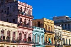 Karibische Architektur Kubas auf dem mainstreet in Havana stockfotos
