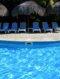 Karibische Rücksortierung mit Poolsidestühlen Lizenzfreie Stockfotografie