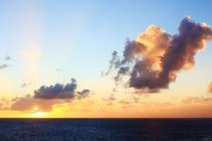 Karibische Sonnenuntergang-Strahlen und Wolken Stockfotos
