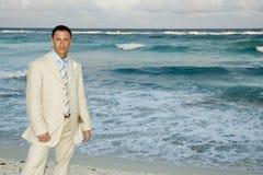 Karibische Strand-Hochzeit - Bräutigam-Aufstellung Stockfoto
