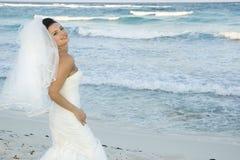 Karibische Strand-Hochzeit - Braut-Aufstellung lizenzfreie stockfotografie