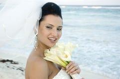 Karibische Strand-Hochzeit - Braut mit Blumenstrauß lizenzfreies stockfoto