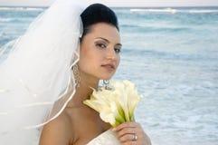 Karibische Strand-Hochzeit - Braut mit Blumenstrauß (weicher Fokus) lizenzfreies stockfoto