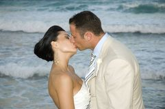 Karibische Strand-Hochzeit - der Kuss lizenzfreie stockbilder