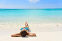 Karibische Strandferien - Sonnenbräuneentspannungsfrau stockbild