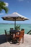 Karibische Strandtabelle unter einer Palme Stockfotos