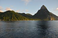 Karibischer Hafen und Berge Sailingboats stockfoto