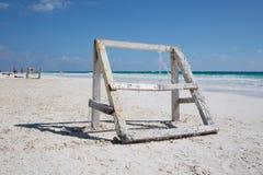 Karibischer Strand mit hölzernem Fußballkäfig Stockbilder